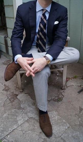 Combinar unos calcetines a lunares en azul marino y blanco: Un blazer azul marino y unos calcetines a lunares en azul marino y blanco son una opción muy buena para el fin de semana. ¿Te sientes ingenioso? Dale el toque final a tu atuendo con zapatos oxford de ante en marrón oscuro.