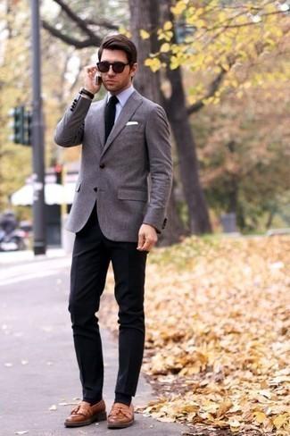 Combinar unas gafas de sol burdeos: Usa un blazer gris y unas gafas de sol burdeos para un look agradable de fin de semana. ¿Te sientes valiente? Elige un par de mocasín con borlas de cuero marrón claro.