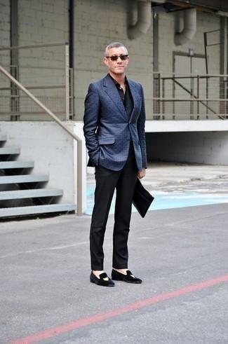 Combinar una camisa de vestir azul marino: Ponte una camisa de vestir azul marino y un pantalón de vestir negro para rebosar clase y sofisticación. ¿Quieres elegir un zapato informal? Elige un par de mocasín de terciopelo bordado negro para el día.