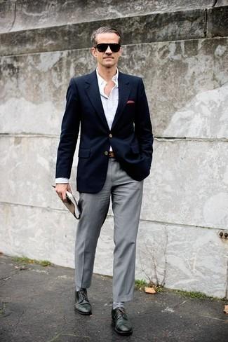Combinar una correa de cuero marrón claro: Empareja un blazer azul marino con una correa de cuero marrón claro para un look agradable de fin de semana. Dale un toque de elegancia a tu atuendo con un par de zapatos derby de cuero verde oscuro.