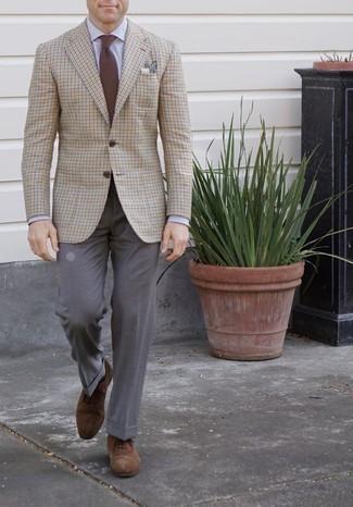Moda para hombres de 30 años: Considera emparejar un blazer a cuadros en beige junto a un pantalón de vestir gris para rebosar clase y sofisticación. Luce este conjunto con zapatos oxford de ante marrónes.
