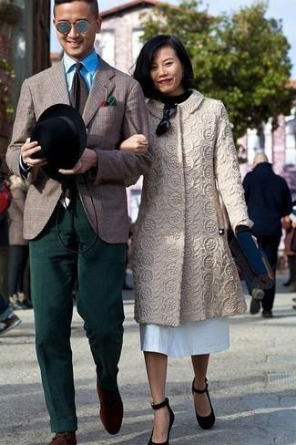 Moda para hombres de 30 años: Emparejar un blazer de tartán marrón junto a un pantalón de vestir de pana verde oscuro es una opción práctica para una apariencia clásica y refinada. ¿Quieres elegir un zapato informal? Complementa tu atuendo con botas safari de ante en marrón oscuro para el día.