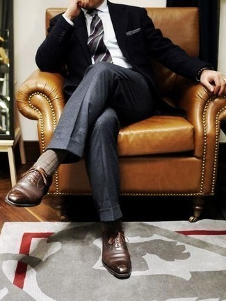 Moda para hombres de 30 años: Emparejar un blazer negro junto a un pantalón de vestir de lana a cuadros gris es una opción estupenda para una apariencia clásica y refinada. Dale un toque de elegancia a tu atuendo con un par de zapatos oxford de cuero marrónes.