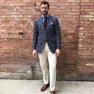 Moda para hombres de 30 años: Ponte un blazer de tartán azul marino y un pantalón de vestir blanco para una apariencia clásica y elegante. Mocasín con borlas de cuero marrón son una opción atractiva para complementar tu atuendo.
