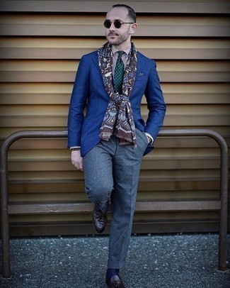 Combinar una bufanda estampada: Un blazer azul y una bufanda estampada son una opción práctica para el fin de semana. ¿Te sientes valiente? Complementa tu atuendo con mocasín con borlas de cuero en marrón oscuro.