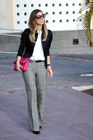 Cómo combinar: zapatos de tacón de cuero negros, pantalón de vestir de tartán gris, camisa de vestir blanca, blazer negro