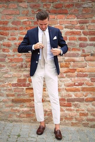 Look de moda: Mocasín de cuero en marrón oscuro, Pantalón de vestir en beige, Camisa de vestir blanca, Blazer azul marino