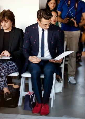 Combinar unos zapatos oxford de ante burdeos: Emparejar un blazer de rayas verticales azul marino junto a un pantalón de vestir azul marino es una opción atractiva para una apariencia clásica y refinada. ¿Te sientes valiente? Complementa tu atuendo con zapatos oxford de ante burdeos.