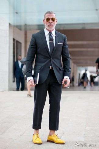 Combinar un blazer en gris oscuro: Empareja un blazer en gris oscuro con un pantalón de vestir negro para una apariencia clásica y elegante. Zapatos derby de cuero amarillos son una opción estupenda para completar este atuendo.