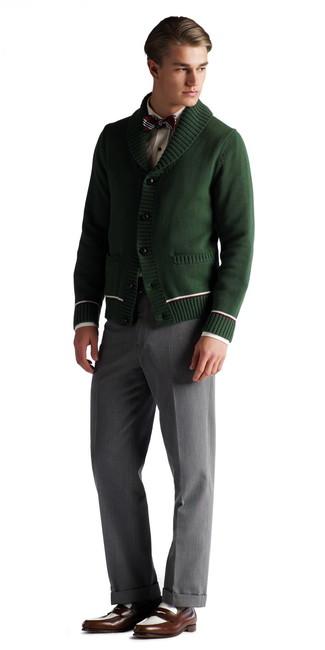Cómo combinar: mocasín de cuero en marrón oscuro, pantalón de vestir gris, camisa de vestir blanca, cárdigan con cuello chal verde oscuro
