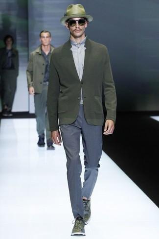 Cómo combinar: zapatos derby de cuero verde oliva, pantalón de vestir azul, camisa de vestir gris, cárdigan verde oliva