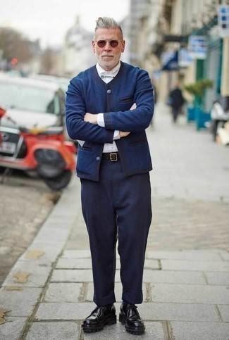 Combinar un cárdigan azul marino en clima cálido: Empareja un cárdigan azul marino junto a un pantalón de vestir azul marino para un perfil clásico y refinado. ¿Quieres elegir un zapato informal? Complementa tu atuendo con botas safari de cuero negras para el día.