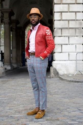 Cómo combinar: mocasín de ante mostaza, pantalón de vestir de tartán celeste, camisa de vestir rosada, cazadora de aviador de cuero roja