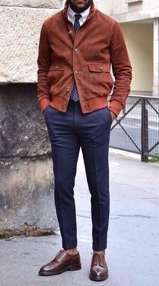 Cómo combinar: zapatos derby de cuero en marrón oscuro, pantalón de vestir azul marino, camisa de vestir blanca, cazadora de aviador de ante en tabaco