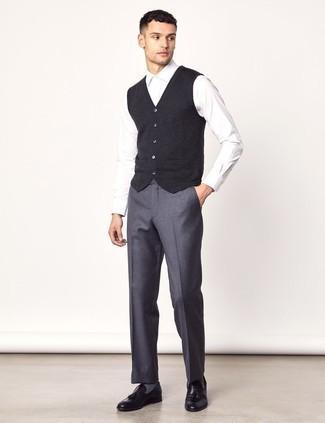 Combinar una camisa de vestir blanca: Emparejar una camisa de vestir blanca con un pantalón de vestir de lana gris es una opción inmejorable para una apariencia clásica y refinada. ¿Quieres elegir un zapato informal? Complementa tu atuendo con mocasín con borlas de cuero negro para el día.