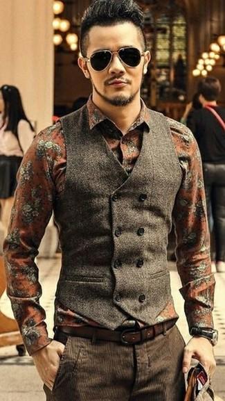 Combinar un chaleco de vestir en marrón oscuro: Haz de un chaleco de vestir en marrón oscuro y un pantalón de vestir de pana en marrón oscuro tu atuendo para rebosar clase y sofisticación.