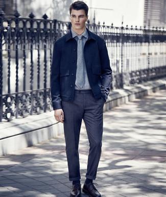 Combinar una chaqueta estilo camisa de lana azul marino: Empareja una chaqueta estilo camisa de lana azul marino junto a un pantalón de vestir de lana en gris oscuro para rebosar clase y sofisticación. Completa el look con zapatos derby de cuero burdeos.