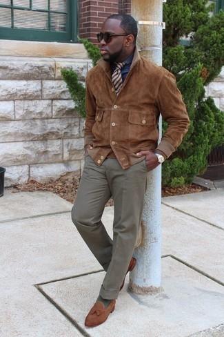 Combinar unos calcetines verde oliva: Empareja una chaqueta estilo camisa de ante marrón con unos calcetines verde oliva transmitirán una vibra libre y relajada. Haz mocasín con borlas de ante marrón tu calzado para mostrar tu inteligencia sartorial.