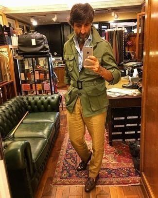Combinar una chaqueta militar verde oliva: Intenta ponerse una chaqueta militar verde oliva y un pantalón de vestir mostaza para una apariencia clásica y elegante. Mocasín con borlas de cuero marrón son una opción grandiosa para completar este atuendo.