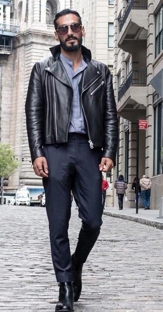 Cómo combinar: botines chelsea de cuero negros, pantalón de vestir negro, camisa de vestir gris, chaqueta motera de cuero negra