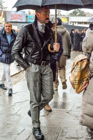 Combinar un pantalón de vestir a cuadros gris: Intenta combinar una chaqueta motera de cuero negra con un pantalón de vestir a cuadros gris para un lindo look para el trabajo. Botas casual de cuero negras son una opción incomparable para completar este atuendo.