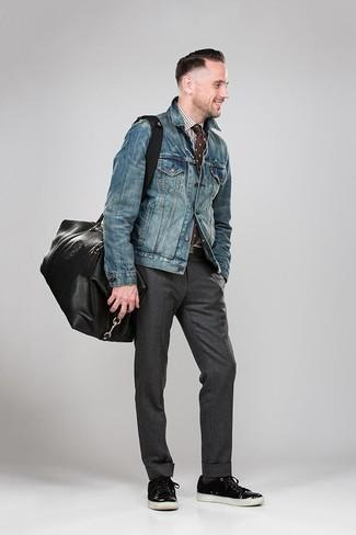 Cómo combinar: tenis de cuero negros, pantalón de vestir en gris oscuro, camisa de vestir de cuadro vichy en blanco y marrón, chaqueta vaquera azul