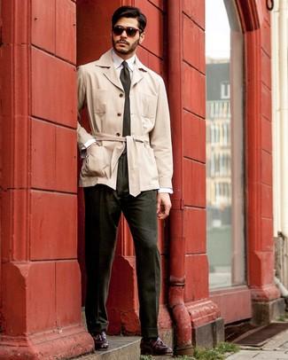 Cómo combinar: mocasín con borlas de cuero burdeos, pantalón de vestir verde oscuro, camisa de vestir blanca, gabardina en beige