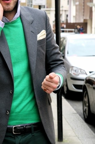 Cómo combinar: pañuelo de bolsillo de seda en beige, pantalón de vestir verde oscuro, camisa de vestir celeste, jersey con cuello circular verde