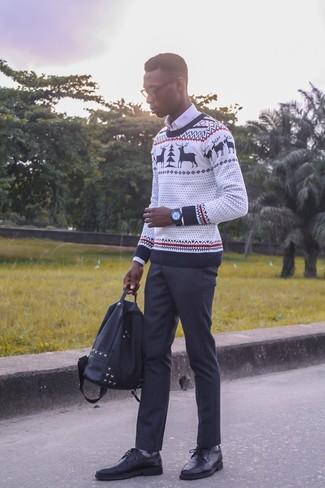 Cómo combinar: zapatos derby de cuero negros, pantalón de vestir negro, camisa de vestir blanca, jersey con cuello circular de navidad blanco