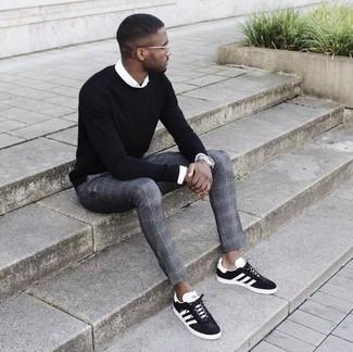 Cómo combinar: tenis de ante en negro y blanco, pantalón de vestir de tartán gris, camisa de vestir blanca, jersey con cuello circular negro