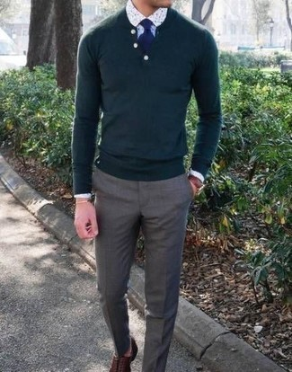 Combinar una camisa de vestir estampada blanca: Equípate una camisa de vestir estampada blanca con un pantalón de vestir gris para rebosar clase y sofisticación. Zapatos oxford de cuero marrónes son una opción incomparable para completar este atuendo.
