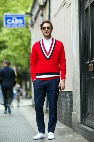 Cómo combinar: zapatillas plimsoll blancas, pantalón de vestir azul marino, camisa de vestir blanca, jersey de pico rojo