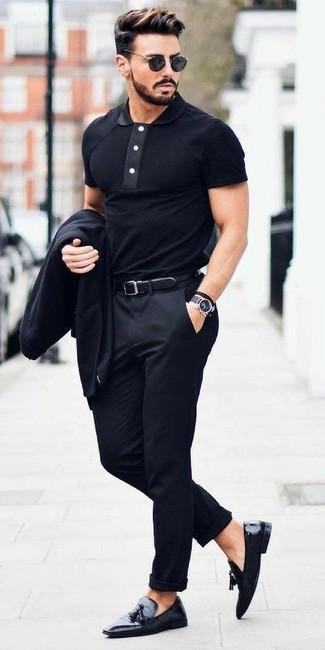 Cómo combinar: mocasín con borlas de cuero negro, pantalón de vestir negro, camisa polo negra, blazer negro