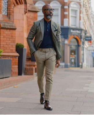 Cómo combinar: zapatos derby de cuero en marrón oscuro, pantalón de vestir en beige, camisa polo azul marino, blazer gris