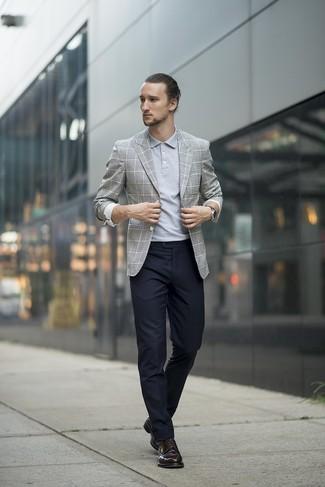 Combinar un pantalón de vestir negro: Usa un blazer de tartán gris y un pantalón de vestir negro para rebosar clase y sofisticación. Zapatos derby de cuero negros son una opción inmejorable para completar este atuendo.