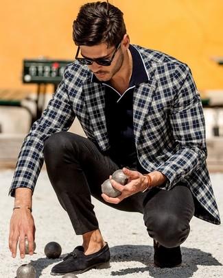 Combinar un mocasín con borlas de ante negro: Empareja un blazer de tartán en azul marino y blanco con un pantalón de vestir negro para una apariencia clásica y elegante. Este atuendo se complementa perfectamente con mocasín con borlas de ante negro.