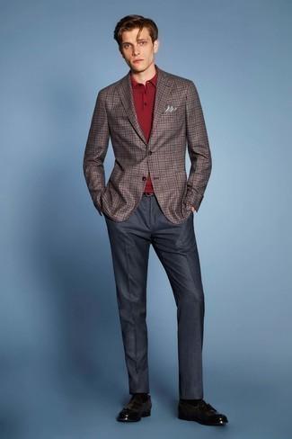 Combinar un pantalón de vestir azul marino: Usa un blazer de tartán marrón y un pantalón de vestir azul marino para un perfil clásico y refinado. Mocasín con borlas de cuero en marrón oscuro son una opción práctica para completar este atuendo.