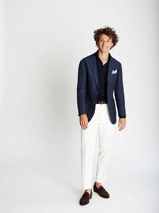 Combinar un blazer azul marino: Intenta combinar un blazer azul marino junto a un pantalón de vestir blanco para una apariencia clásica y elegante. Mocasín de ante en marrón oscuro son una opción estupenda para completar este atuendo.