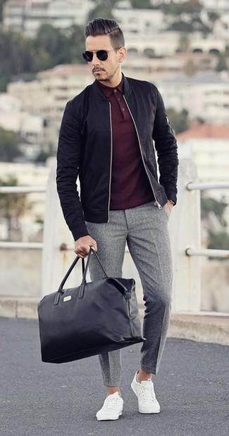 Cómo combinar: tenis blancos, pantalón de vestir de lana gris, camisa polo burdeos, cazadora de aviador negra