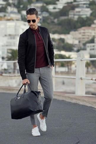Combinar un bolso baúl de cuero negro: Empareja una cazadora de aviador negra junto a un bolso baúl de cuero negro para un look agradable de fin de semana. Con el calzado, sé más clásico y completa tu atuendo con tenis de lona blancos.