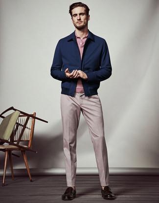 Cómo combinar: mocasín de cuero en marrón oscuro, pantalón de vestir rosado, camisa polo rosada, cazadora harrington azul marino