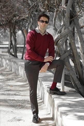 Combinar un pantalón de vestir gris: Emparejar un jersey de pico burdeos con un pantalón de vestir gris es una opción atractiva para una apariencia clásica y refinada. Zapatos derby de cuero negros son una opción perfecta para completar este atuendo.