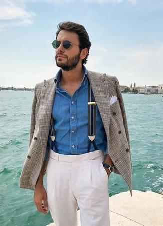 Cómo combinar: pañuelo de bolsillo blanco, pantalón de vestir blanco, camisa vaquera azul, blazer cruzado de tartán gris