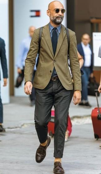 Cómo combinar: zapatos derby de cuero en marrón oscuro, pantalón de vestir negro, camisa vaquera azul, blazer verde oliva