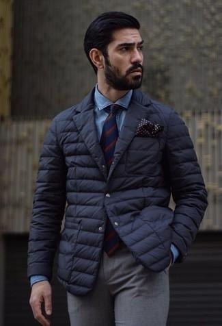 Cómo combinar: corbata de rayas verticales en rojo y azul marino, pantalón de vestir de lana gris, camisa vaquera azul, blazer acolchado negro