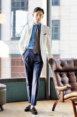 Combinar una camisa vaquera azul: Intenta combinar una camisa vaquera azul con un pantalón de vestir azul marino para un perfil clásico y refinado. Con el calzado, sé más clásico y opta por un par de mocasín con borlas de ante en marrón oscuro.