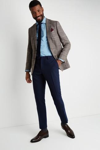 Cómo combinar: zapatos oxford de cuero en marrón oscuro, pantalón de vestir de lana azul marino, camisa vaquera celeste, blazer de pata de gallo marrón