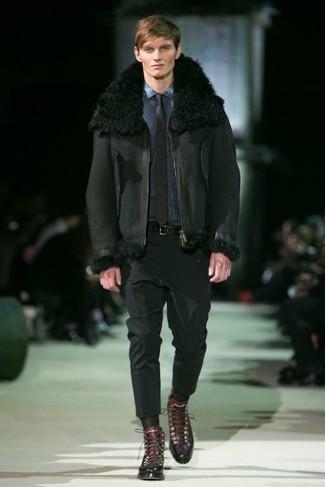 Combinar unas botas casual de cuero en marrón oscuro: Equípate una chaqueta de piel de oveja negra junto a un pantalón de vestir negro para rebosar clase y sofisticación. ¿Quieres elegir un zapato informal? Opta por un par de botas casual de cuero en marrón oscuro para el día.