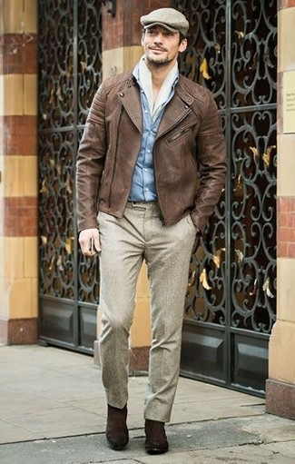 Cómo combinar: botines chelsea de ante en marrón oscuro, pantalón de vestir de lana en beige, camisa vaquera celeste, chaqueta motera de cuero marrón