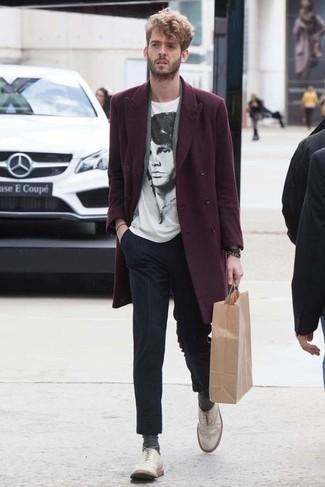 Cómo combinar: zapatos brogue de cuero blancos, pantalón de vestir de rayas verticales azul marino, camiseta con cuello circular estampada en blanco y negro, abrigo largo burdeos